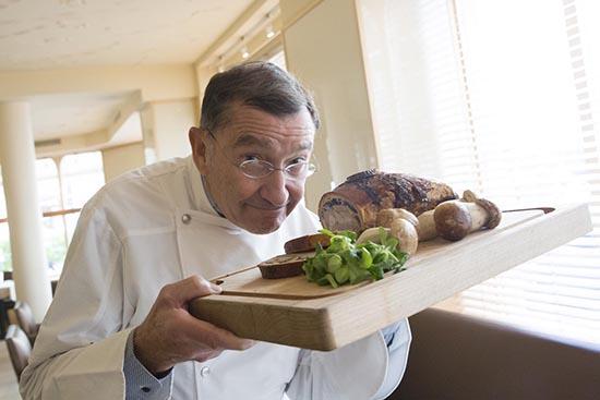 Europe/France/Paris. Restaurant Drouant. Antoine Westermann avec son célèbre pâté en croûte.