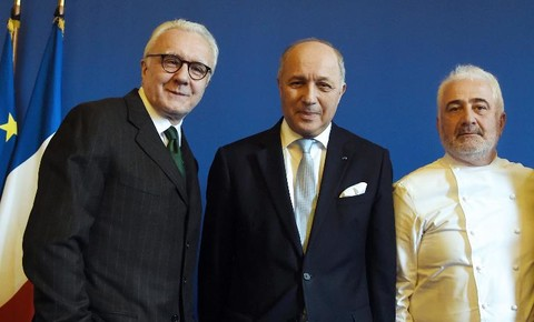 Ducasse au temps des amours avec Laurent Fabius et GS © DR