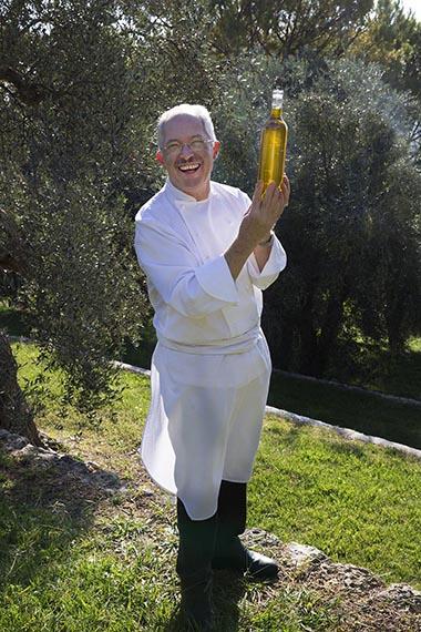Jacques Chibois avec son huile d'olive ©Maurice Rougemont