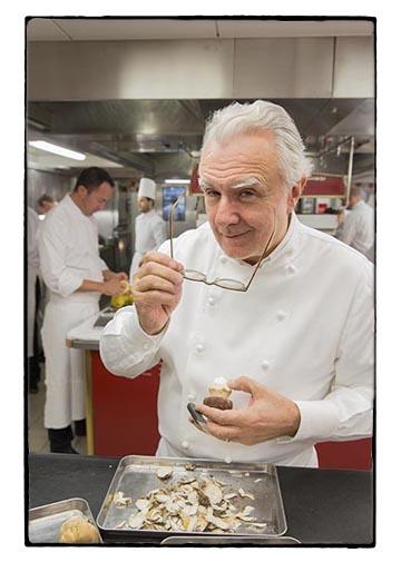 Alain Ducasse en cuisine (Romain Meder dans le fond à gauche) © Maurice Rougemont