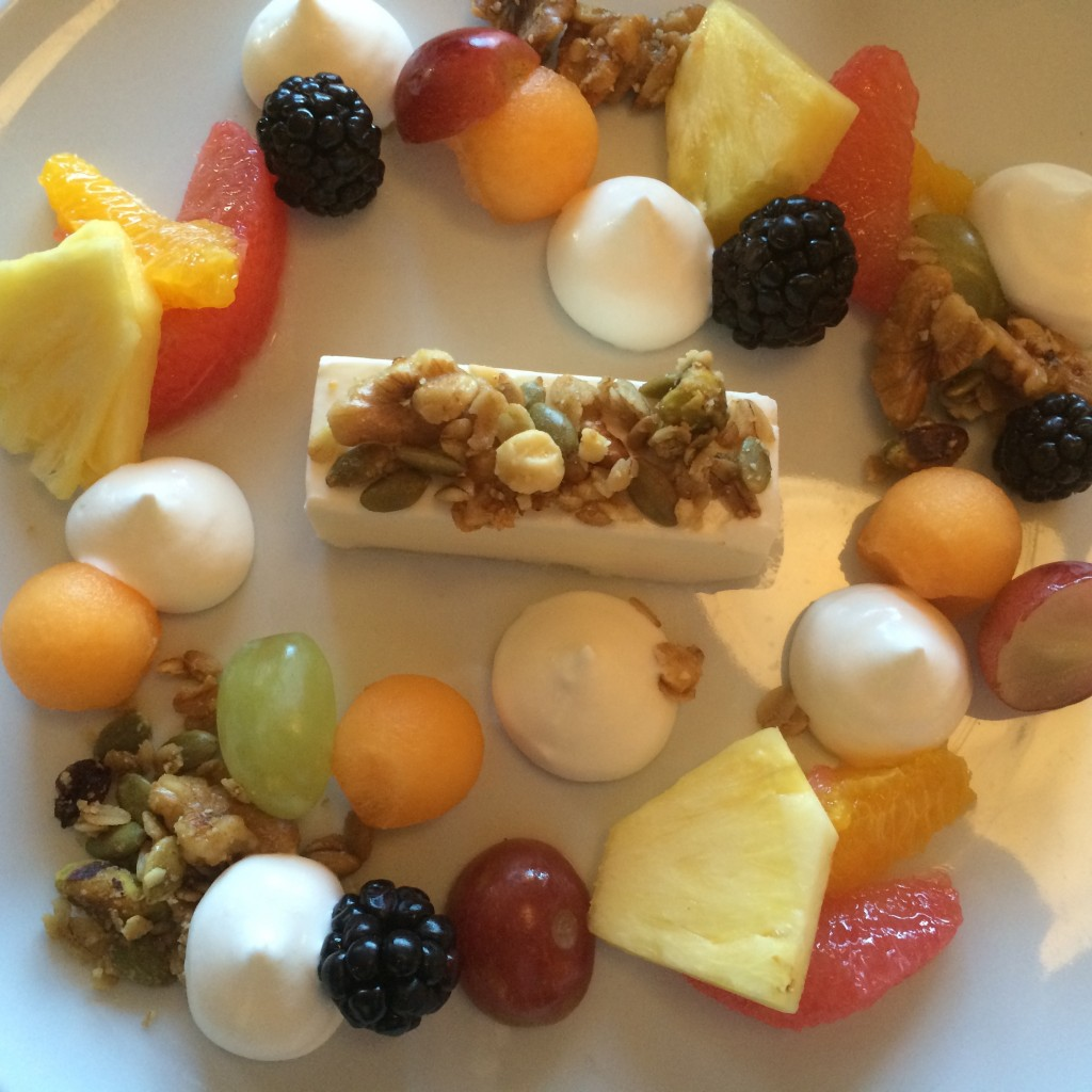 Salade de fruits, yaourt, granola © GP