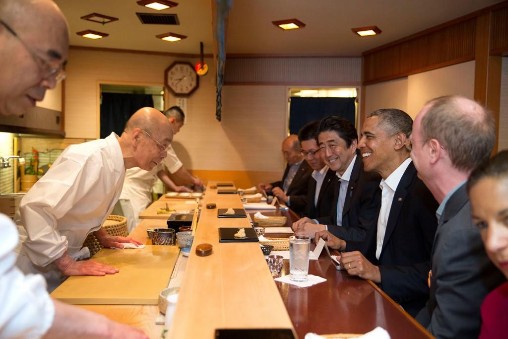 Barack Obama et le 1er ministre Shinzo Abe chez le maître Jiro Ono, owner of Sukiyabashi Jiro sushi © DR