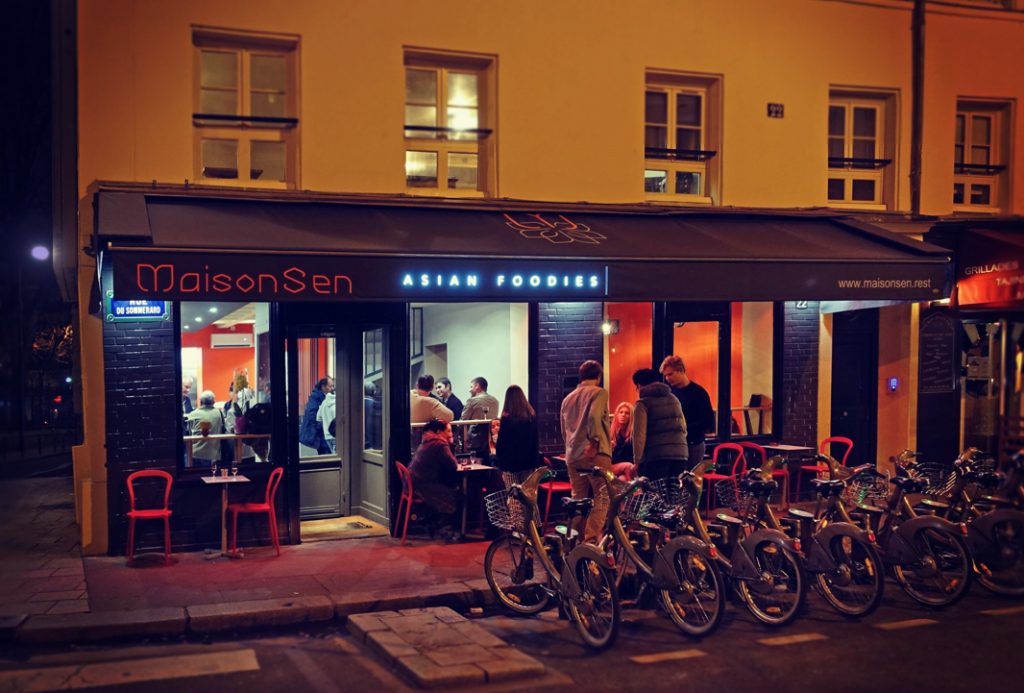 La façade, le soir © DR