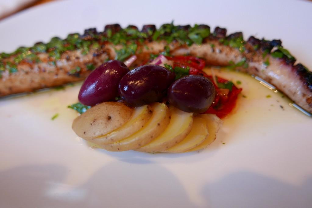 Poulpe grillée, olivres, poivrons © GP