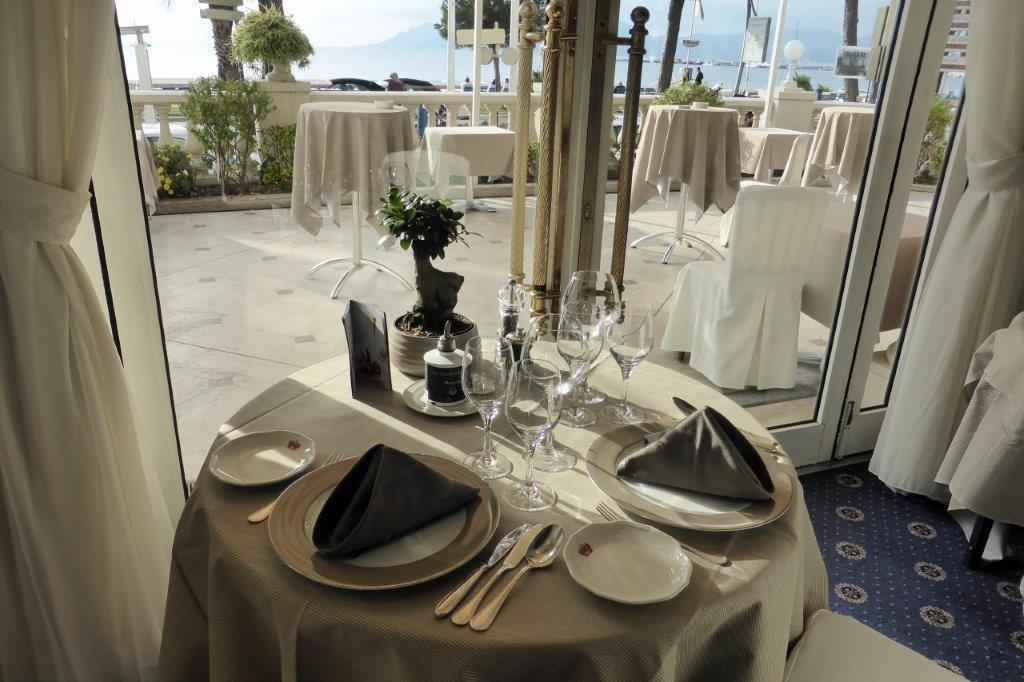 Table avec vue sur mer © AA
