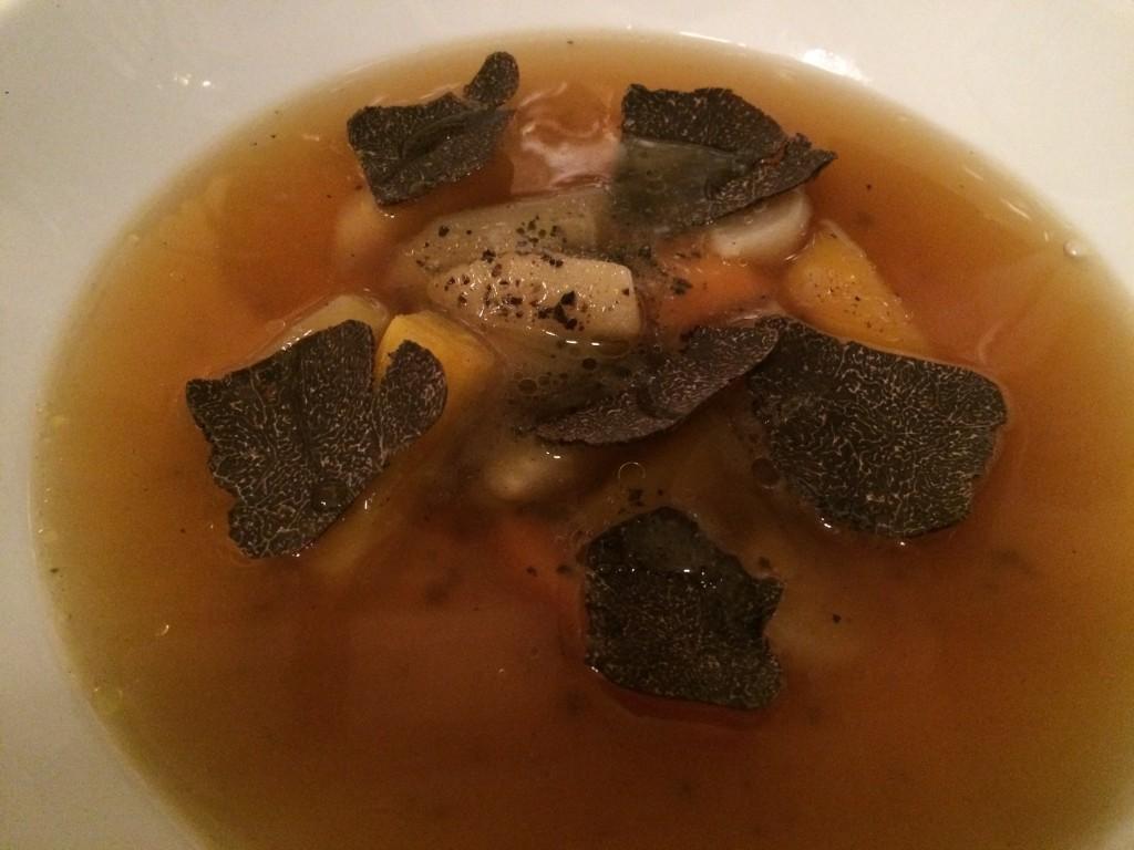Consommé de légumes aux truffes © GP