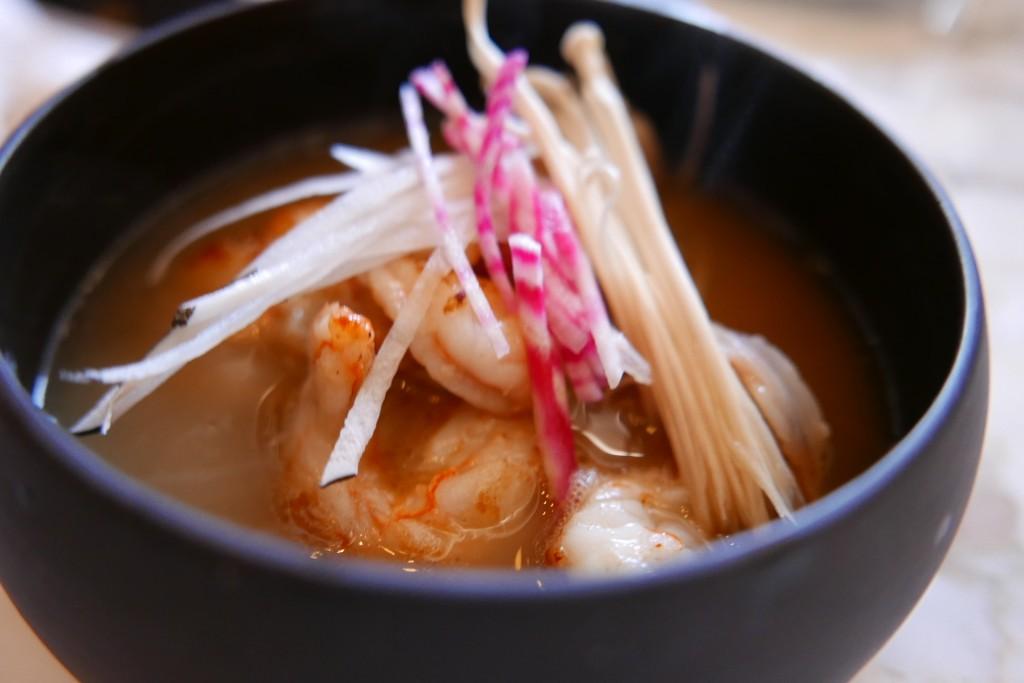 Crevettes obsiblue et bouillon thaï © GP