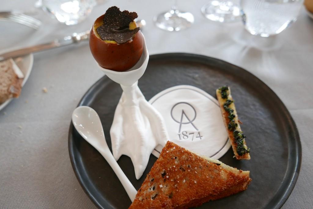 Oeufs brouillés et croque aux truffes © GP