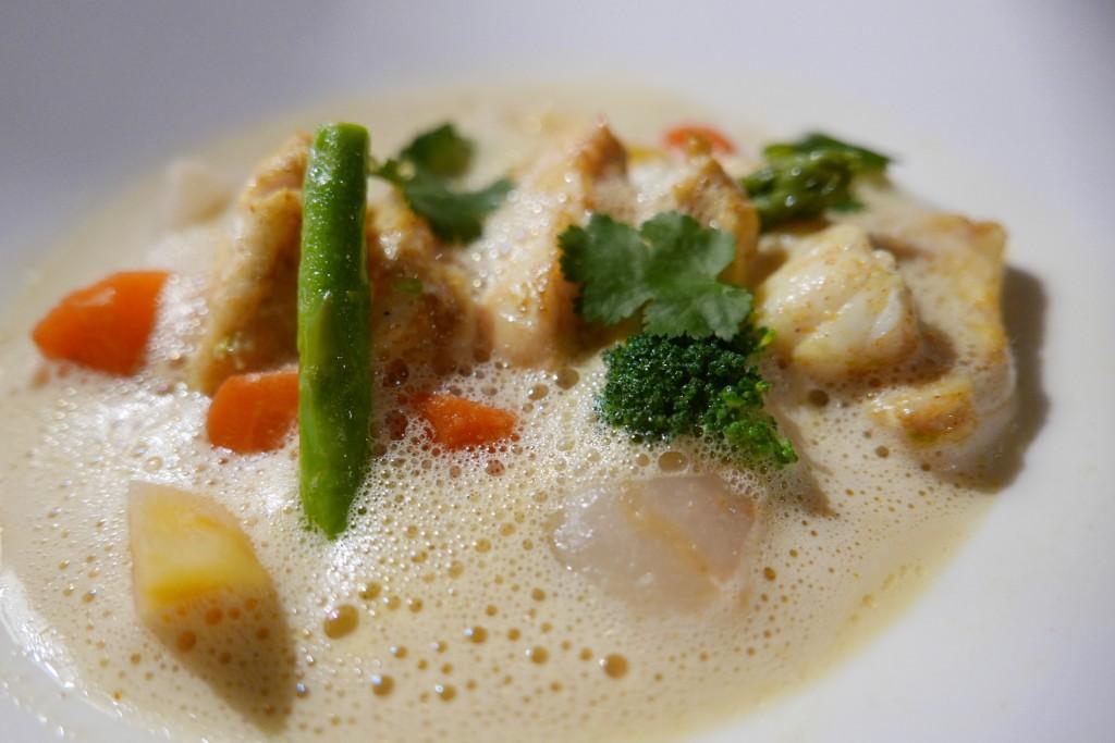 Nage de lotte marinée au curry, citron vert , cumin, émulsion de lait de coco ©GP