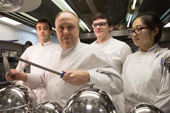 Alain Solivérès en cuisine © Maurice Rougemont