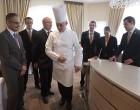 Benoît Violier avec les maîtres d'hôtel © Maurice Rougemont