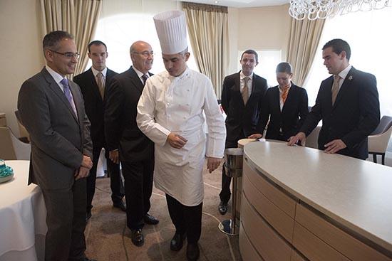 Avec les maîtres d'hôtel ©Maurice Rougemont