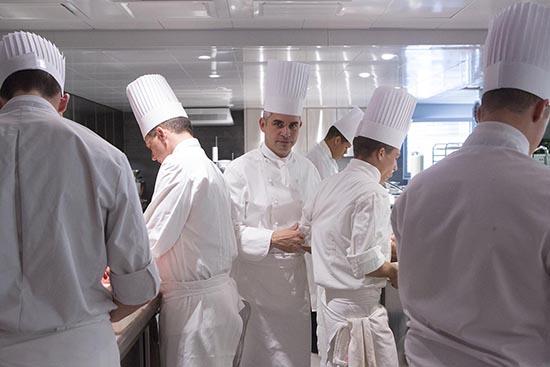 Benoît Violier en cuisine © Maurice Rougemont