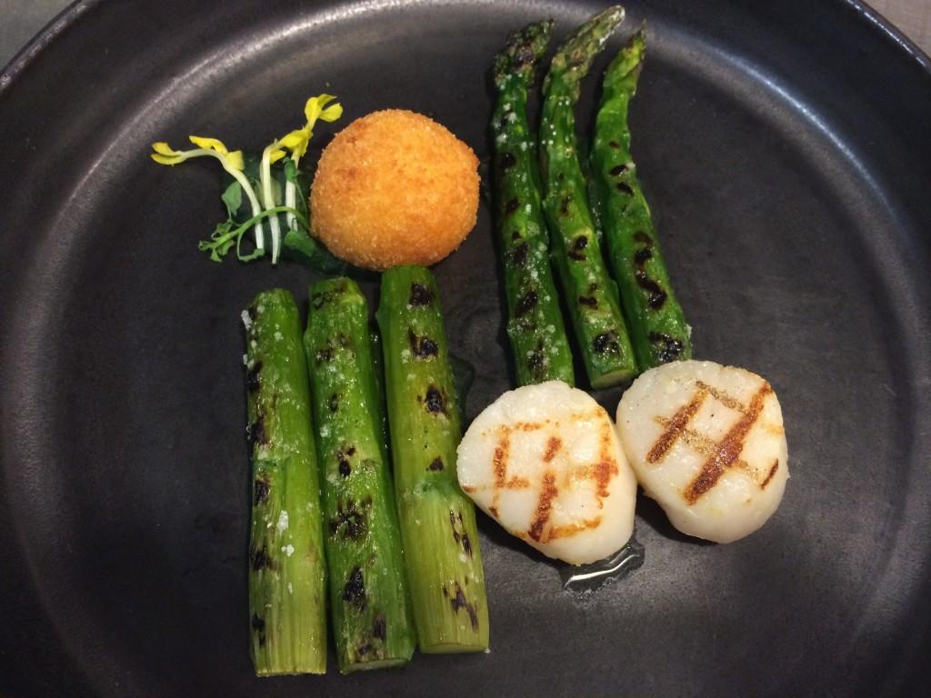 Noix de saint Jacques et asperges vertes grilles cromesquis de crème coraillée purée d'épinard © GP