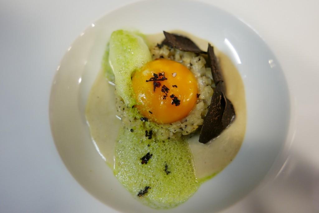 Râpée de truffes noires céleri race façon risotto jaune d'œuf coulant émulsion de céleri vert ©GP