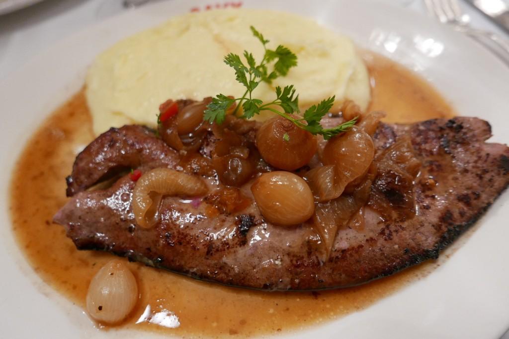 Foie de veau poêlé à la lyonnaise © GP