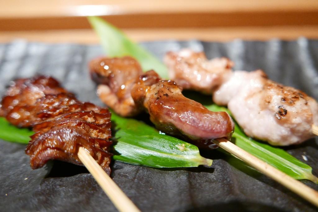 Robatayaki de ris de veau, de pigeon et de tripes © GP
