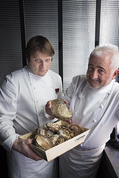 Guy Savoy et Clément Leroy et les huîtres © Maurice Rougemont