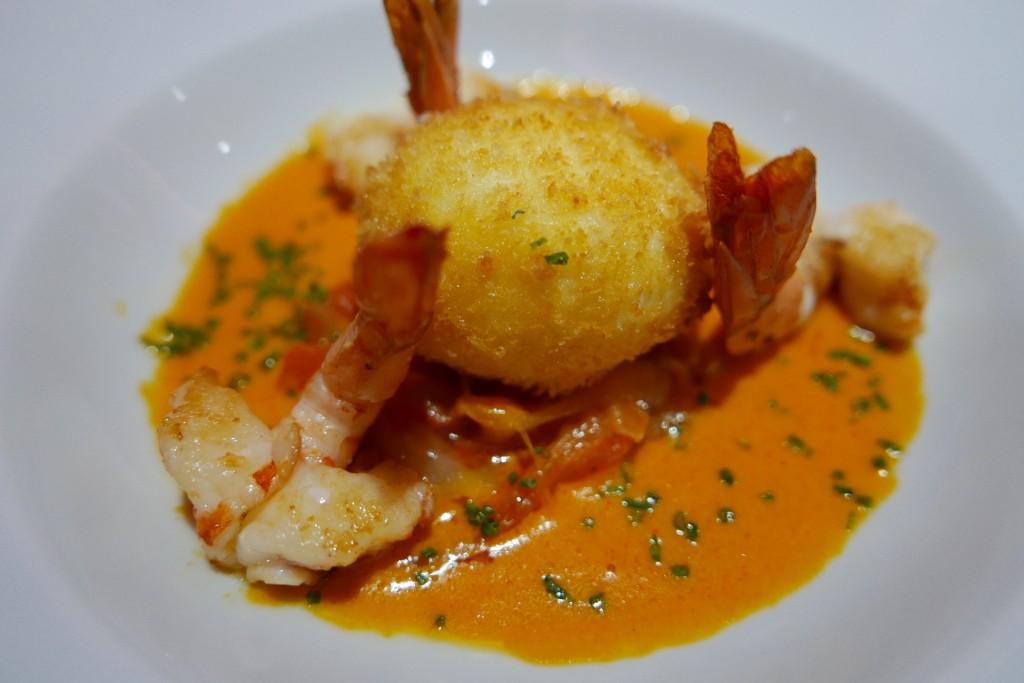 Oeuf croustillant , crevettes et piperade ©GP