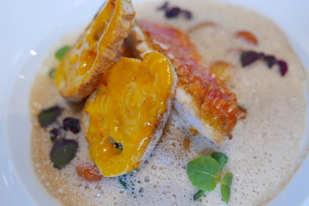 Filet de rouget et légumes du marché, bisque de crustacé ©GP