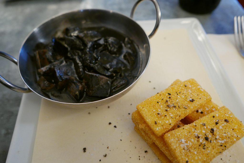 Seiches à l'encre et polenta © GP