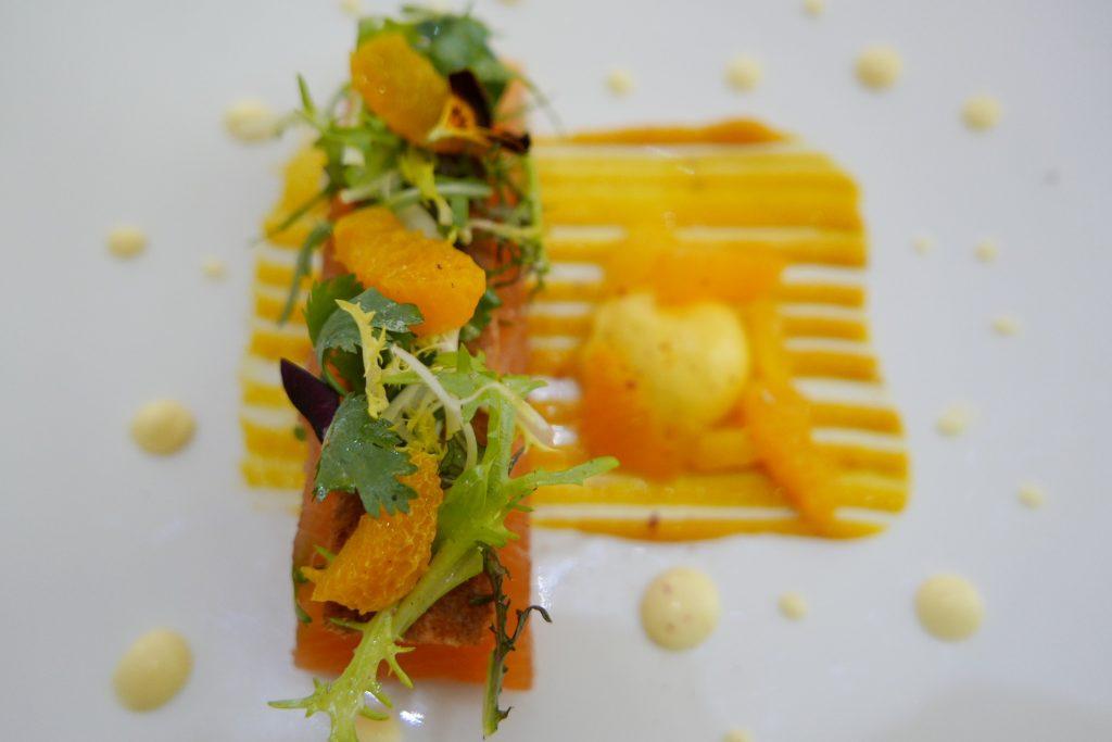 Saumon gravelax, fraîcheur de clémentine et coriandre, citron caviar rosé ©GP