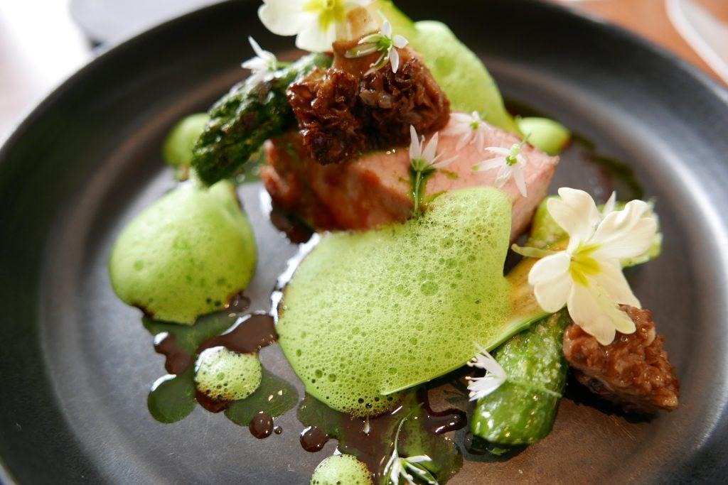 Cochon ibérique cuit à la braise asperges cuites et crues © GP