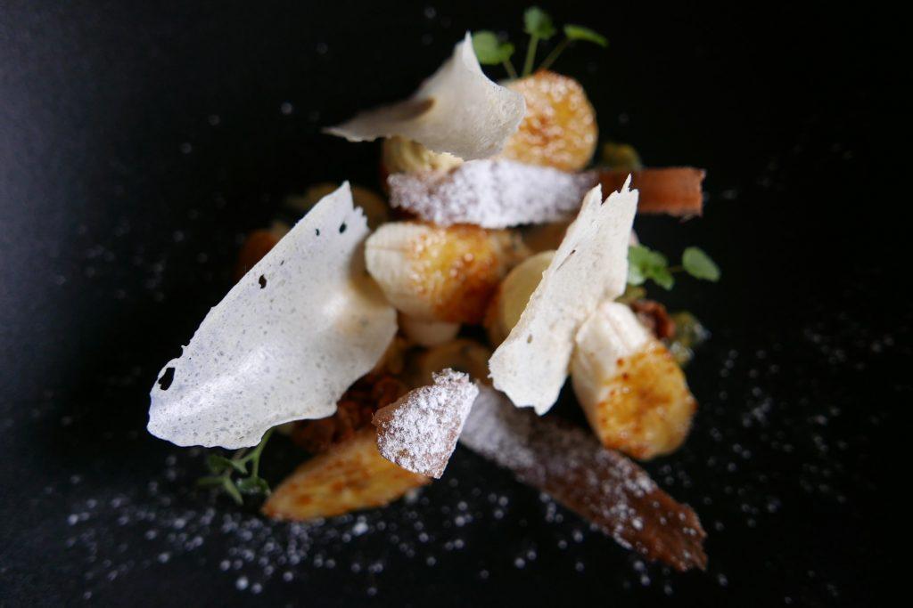 Banane caramélisée, passion et jivara tuile de riz © GP