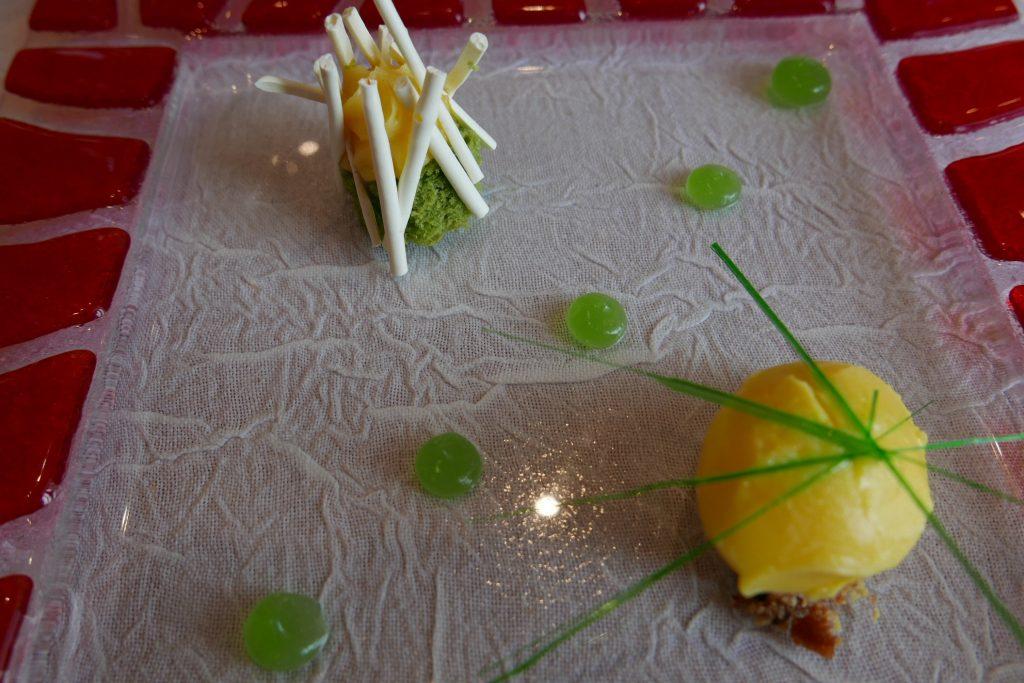 Biscuit pistache, crémeux à l'orange, meringue, clémentine ©GP