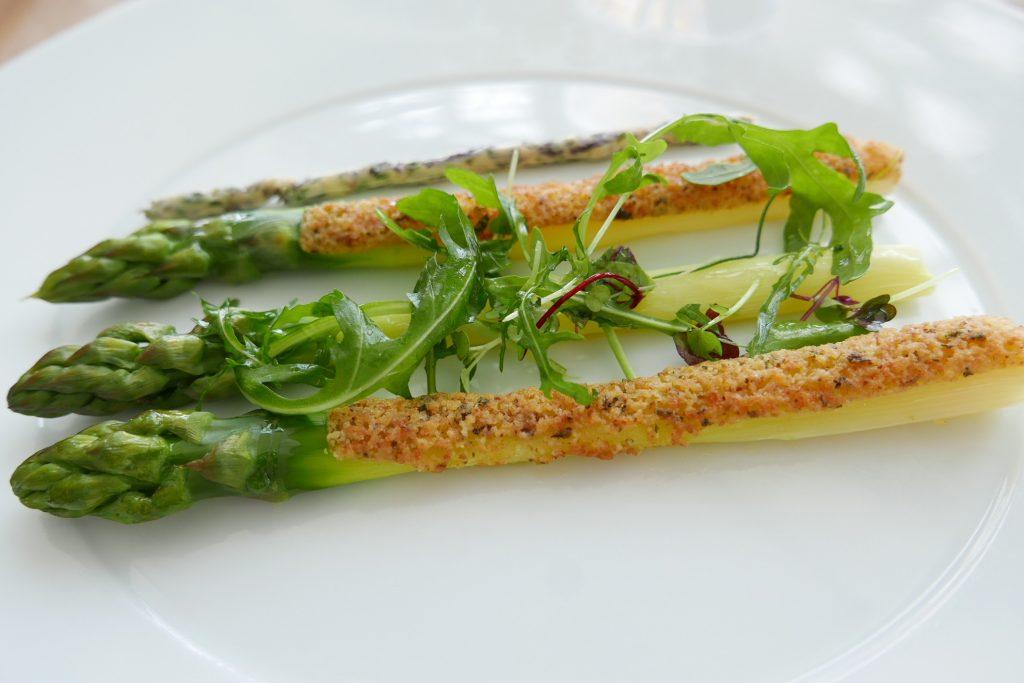 Asperges vertes servies chaudes , beurre d'algues en cromesquis ©GP