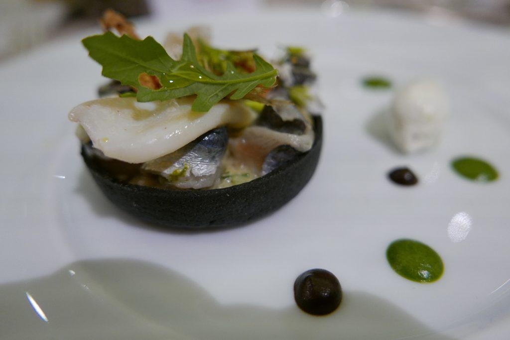 Tarte à l'encre de seiche, pistes et sardines © GP