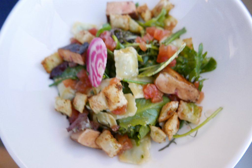 Salade de ravioles de Royans aux jeunes pousses et foie gras ©GP