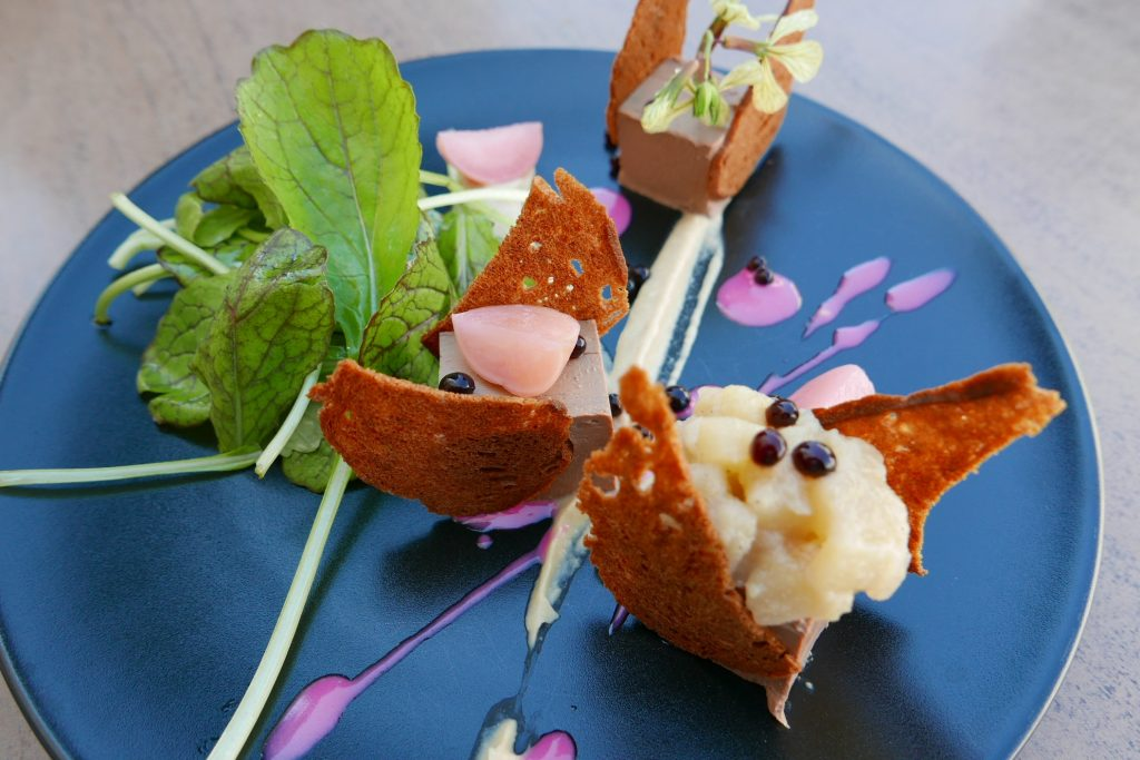 Mousse de foies blonds de volaille, purée d'oignon et croustille de pain de campagne ©GP
