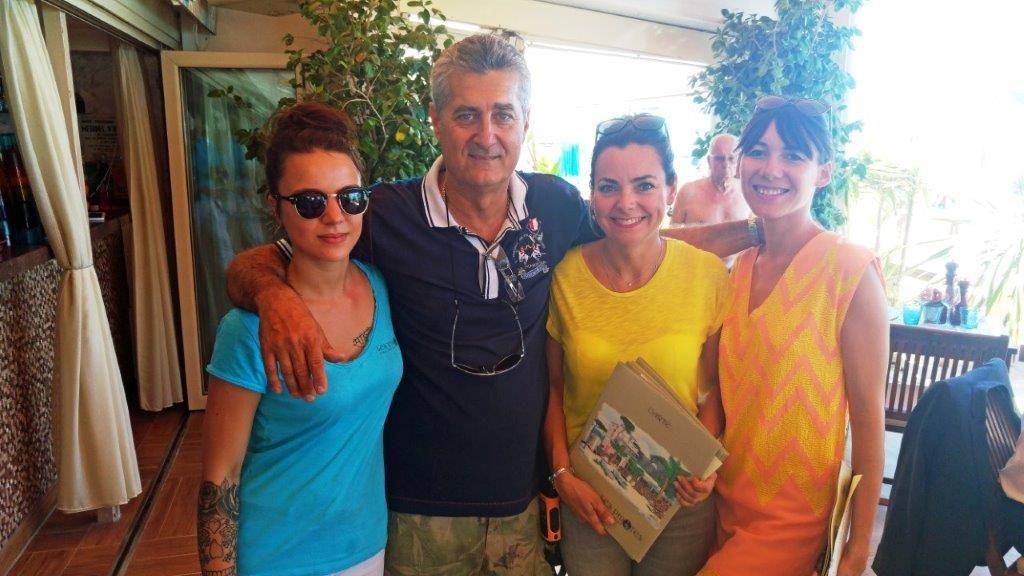 Alain et ses girls © AA