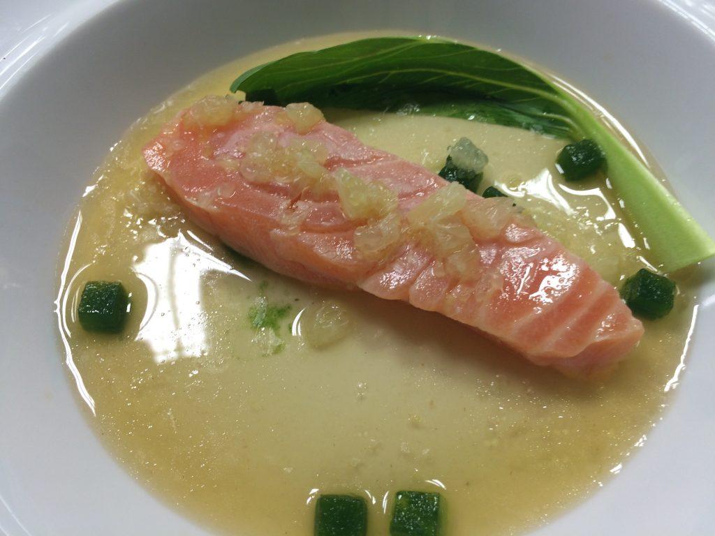 Saumon figé sur la glace, bouillon, pak choï © GP