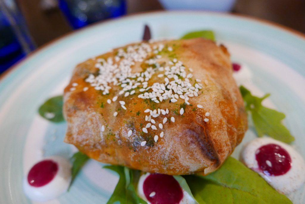 """Gyros """"koukouloto"""" poulet pimenté au boukovo et manouri e ©"""