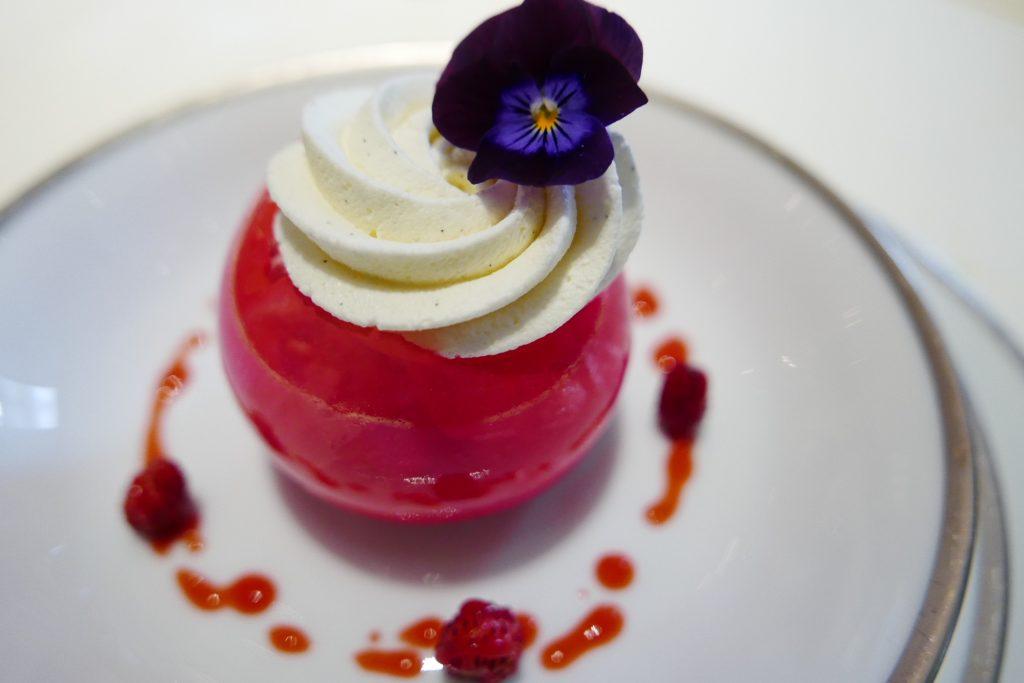 Boule nacrée aux fraises des bois, crème foisonnée à l'hibiscus ©GP