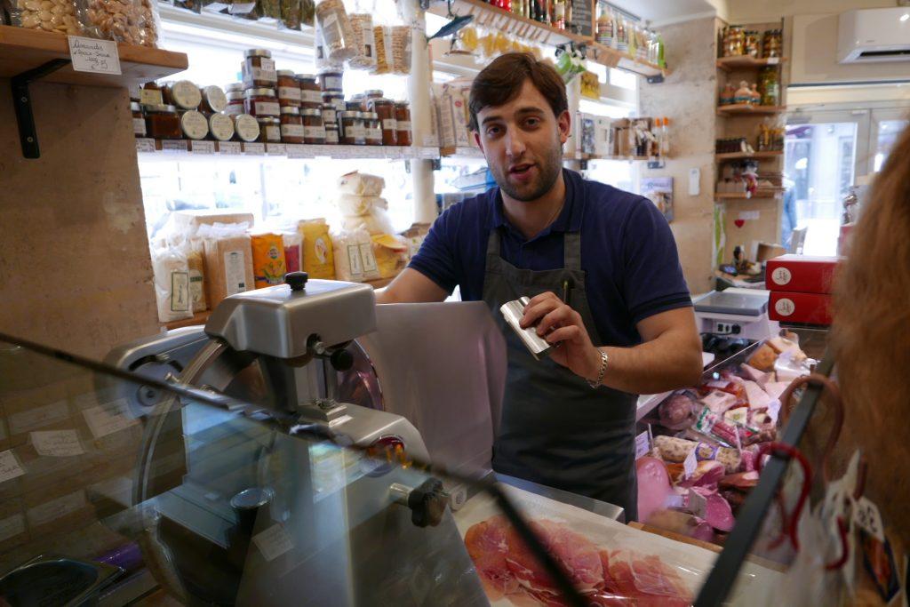 Alessandro à la découpe du jambon © GP