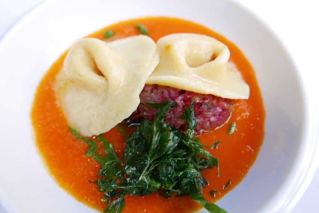 Tortelli au parmesan, tartare de boeuf, velouté de tomate © GP