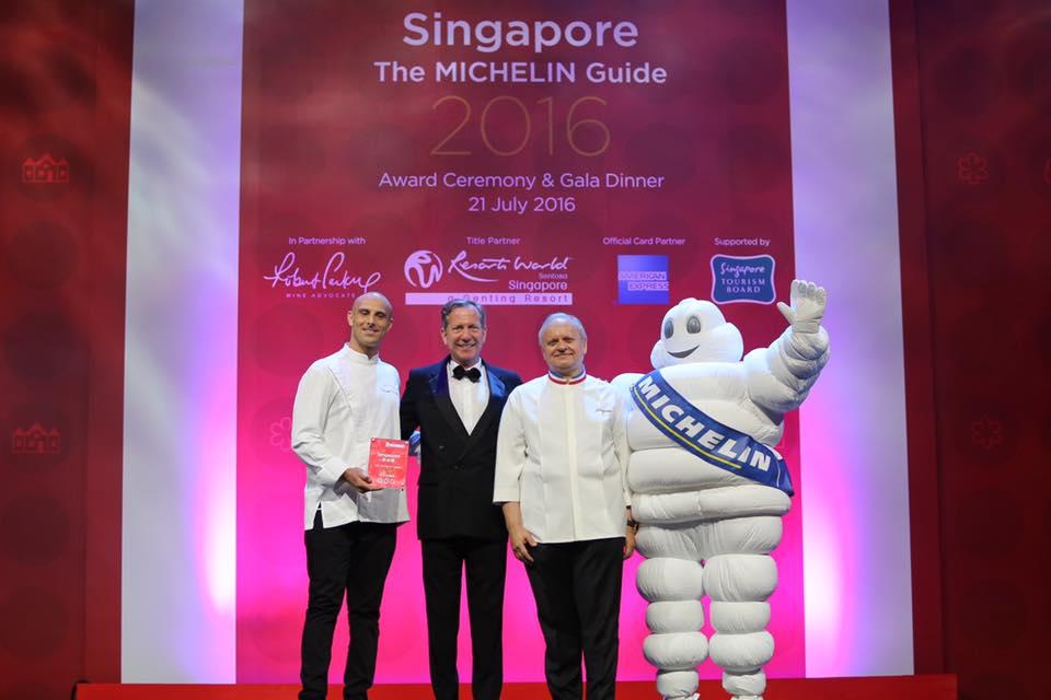 Joël Robuchon à Singapour avec Michael Ellis et son chef © SD