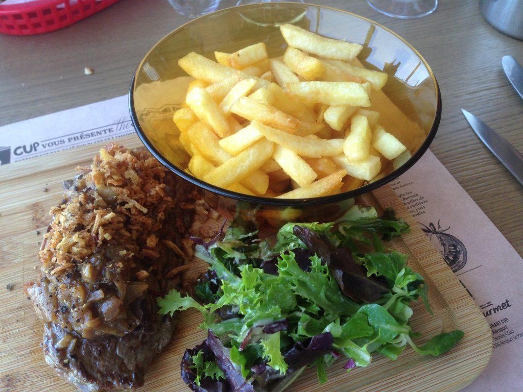 Bavette à l'échalote avec ses frites © AN