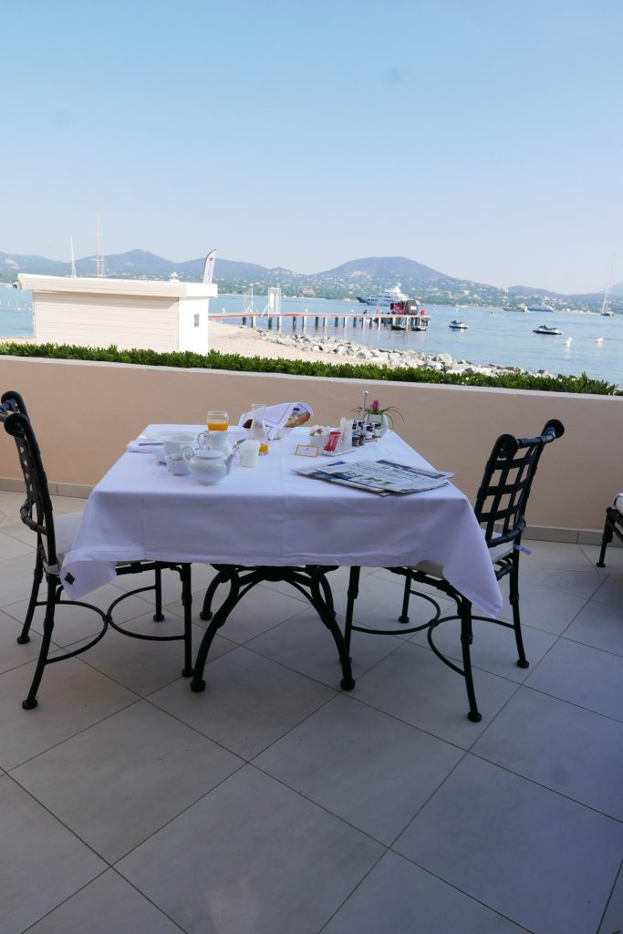 Petit déjeuner en terrasse ©GP