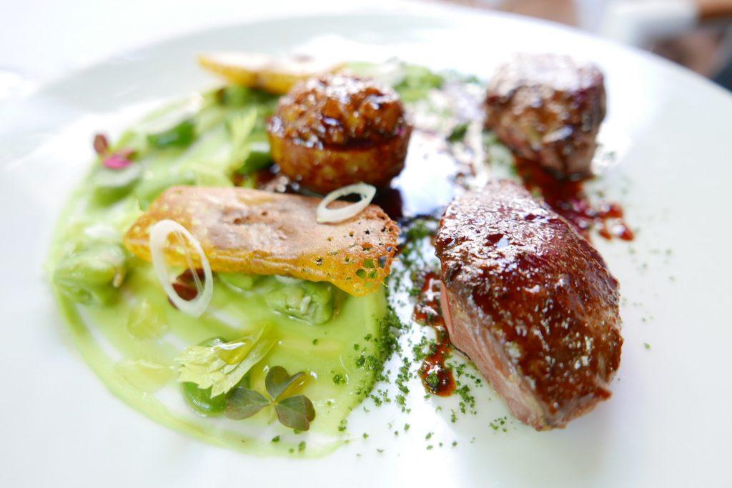 Pigeon fumé, fèves, artichauts © GP
