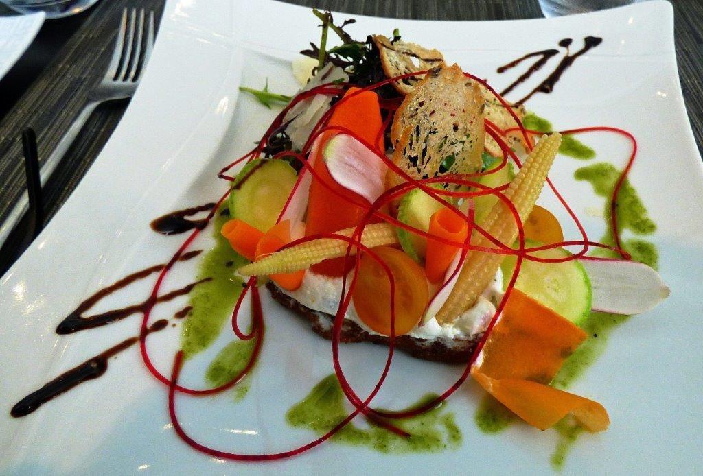Tartine de chèvre et légumes du potager © AA