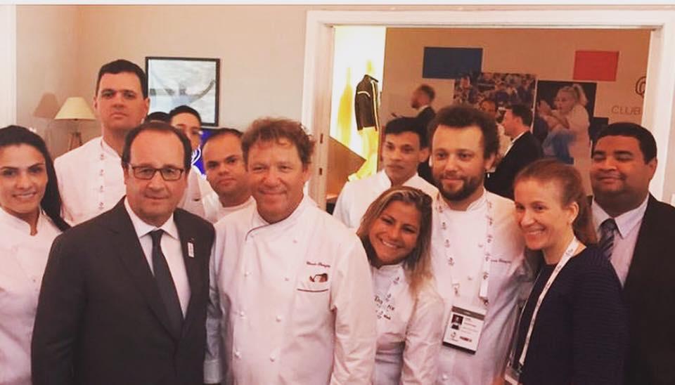 François Hollande avec l'équipe de Claude et Thomas Troisgros ©LT