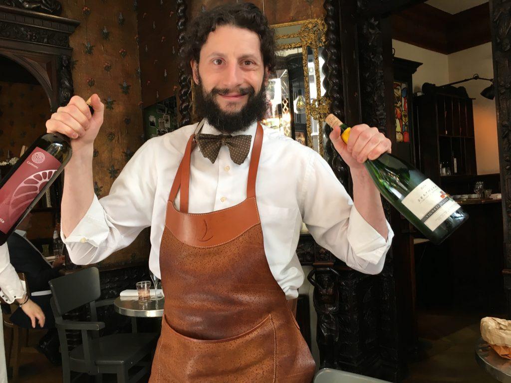 Le service du vin selon Mirko ©GP