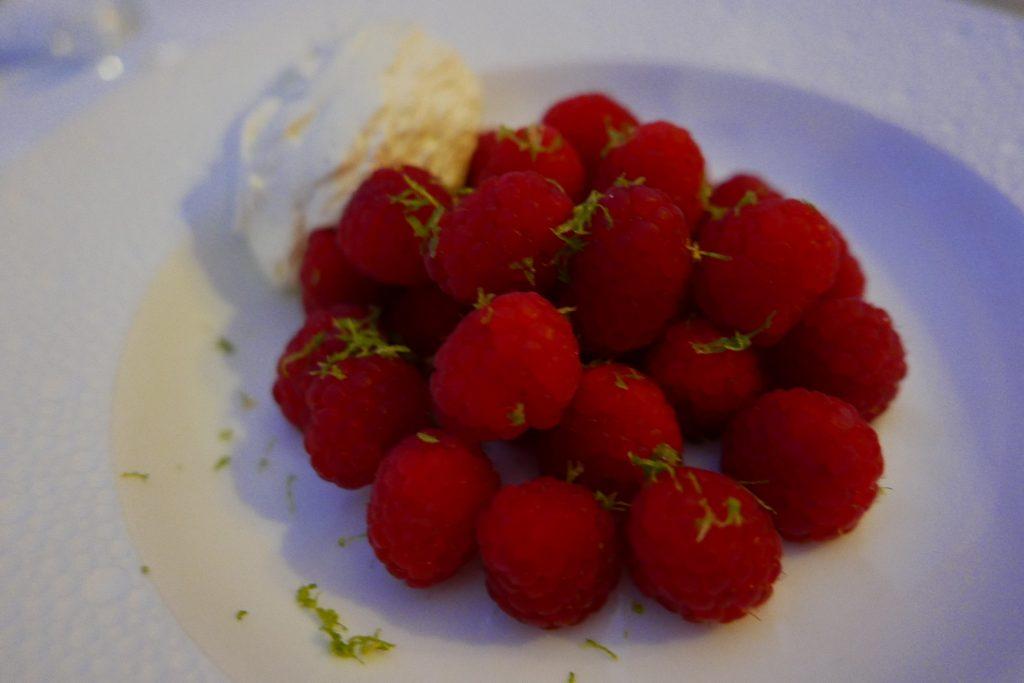 Framboises fraiches et crème montée à la vanille © GP