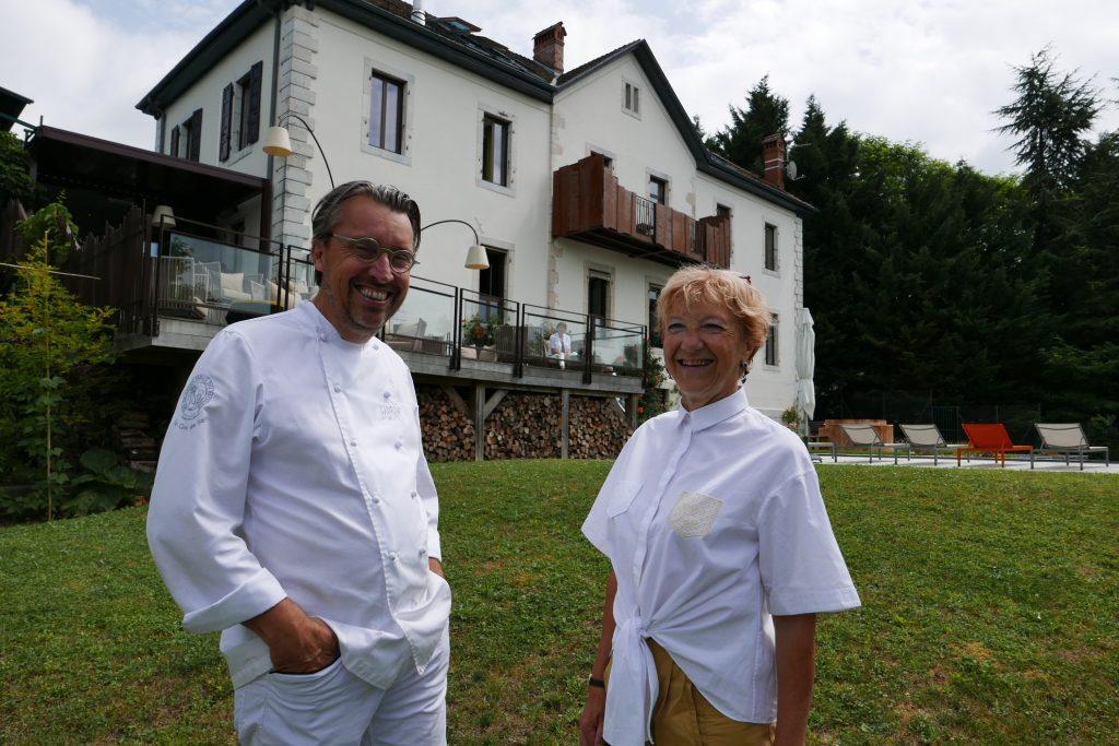 Laurent et Martine Petit au jardin © GP