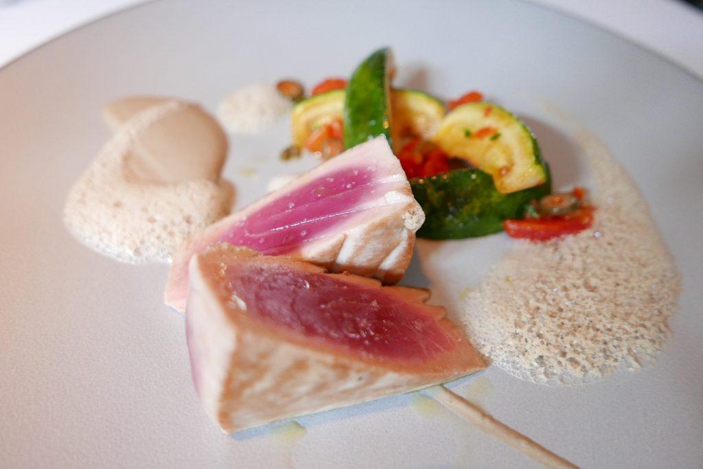 Filet de thon mi-cuit aux courgettes aux câpres, saveurs de vitello tonnato ©GP
