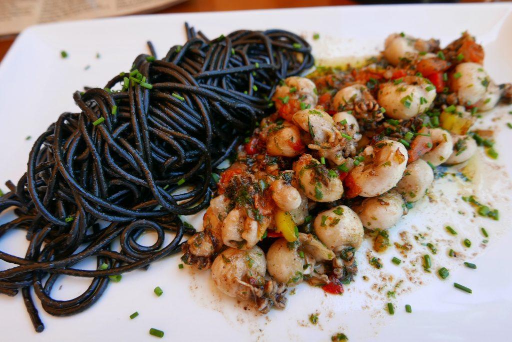 Chipirons et spaghetti à l'encre © GP